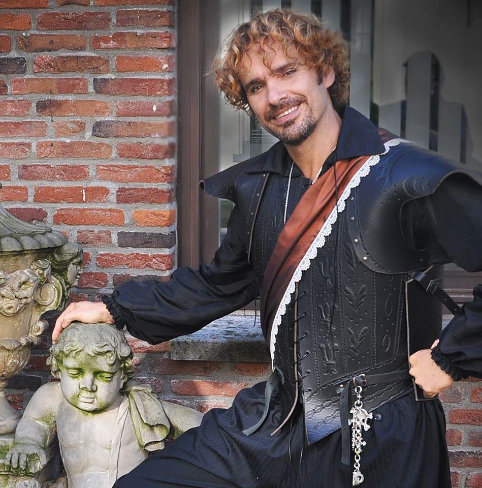 Anderson Farah in kleding van Jannetje Pietertje Kledingverhuur